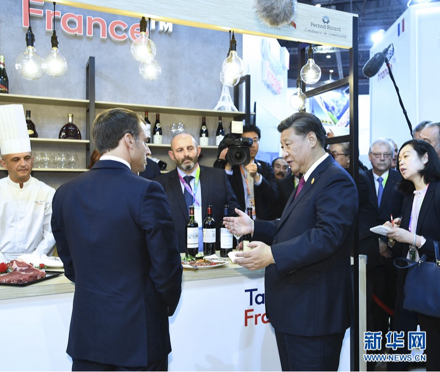 Chinese President Xi Jinping and French President Emmanuel Macron eating VeChain traced beef