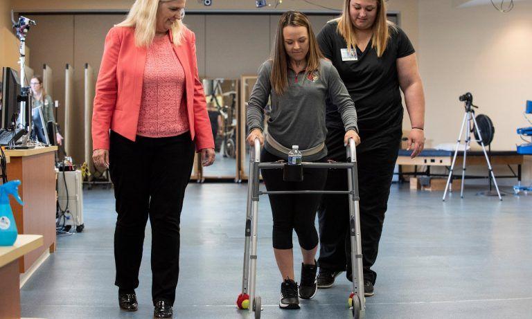 Implante na medula espinhal ajuda pacientes paralisados a andar novamente